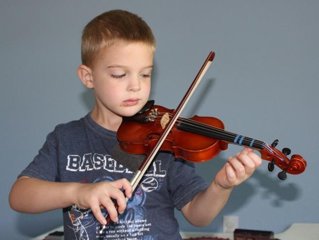 дете свири на виолина