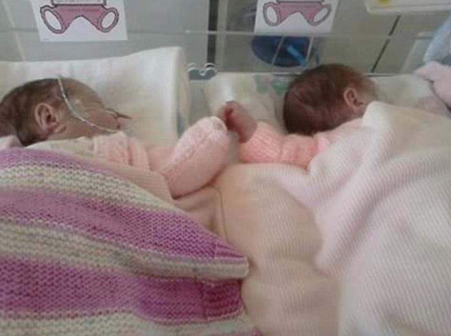 близначките во болница